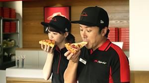 ピザハット、乃木坂46・西野七瀬とムロツヨシが「ゴールデンプレミアム4」を紹介するTVCMとWEB限定動画を公開