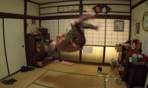 NTT西日本、激しすぎるおばあちゃんが前転宙返りに側転、バク転!?1週間で50万回再生の衝撃動画公開
