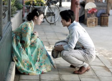 映画『愛を歌う花』ハン・ヒョジュ×ユ・ヨンソクからのコメントとチョン・ウヒと歌う「春のお嬢さん」特別映像解禁