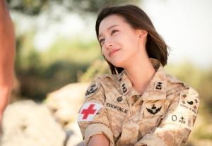 「太陽の末裔」美しすぎる軍医キム・ジウォン、チングとの身分差愛を語る日本独占メッセージ映像到着!<br/>