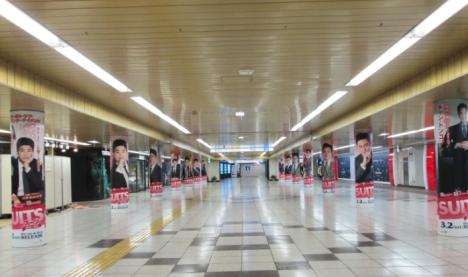 「SUITS/スーツ」14種のチャン・ドンゴン&パク・ヒョンシクが新宿駅メトロプロムナードをジャック!?