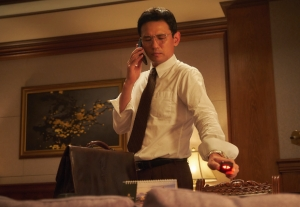 韓国映画『工作 黒金星』黒金星の大胆不敵な行動に息を飲む本編映像「盗聴工作シーン」公開!<br/>