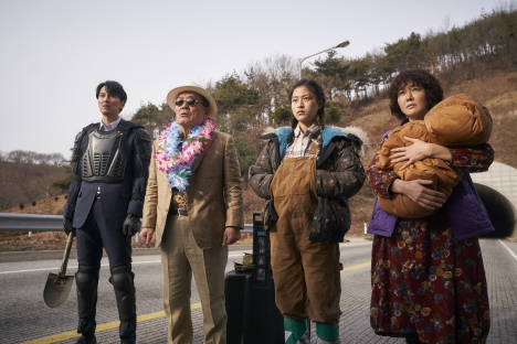 Kゾンビ映画だけど…『感染家族』キム・ナムギルら出演者も大笑いの<ビハインド映像>解禁!