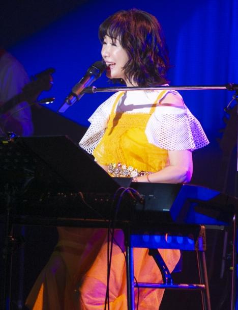 【ライブレポート】平松愛理、新曲「部屋とYシャツと私~あれから~」と原曲どちらも披露した東京公演にファン大満足!