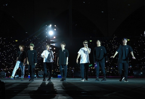 BTS、海外アーティスト初サウジアラビアのスタジアム単独コンサート開催!全世界ファンと一つになった歴史的瞬間をレポート