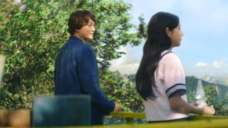 香取慎吾が11歳美少女モデルの叔父に 「サントリー天然水 スパークリングレモン」CMとメイキング公開