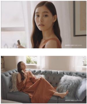 チョコ色肩あきワンピ姿の新木優子がソファーでくつろぎ生歌披露 新TVCM公開、インタビューも
