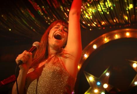 早くも感動の声続出!『ワイルド・ローズ』ナッシュビルのライマン公会堂でローズが歌うシーン映像公開!