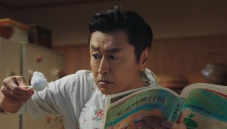 桑田佳祐がエプロン姿で出演・楽曲提供 SOMPO新TVCM「金目鯛の煮つけ」篇OA、WEB公開