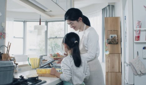コロナ禍で働き方や暮らし方が変わったいま、家庭の食卓環境もより良い方へ「NEWクレラップ」メッセージムービー第2弾「料理にフツウなんてない」篇公開